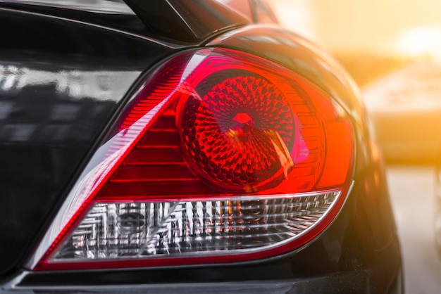 Luz traseira no novo carro escuro