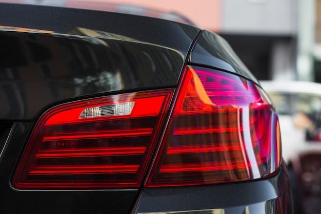 Luz traseira no novo carro preto na rua