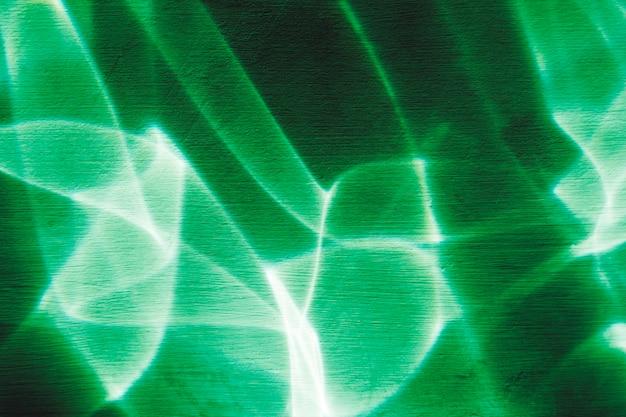 Luz verde em fundo escuro