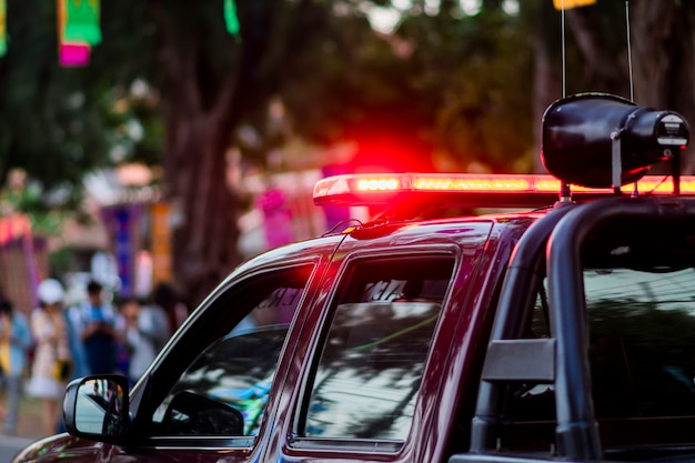 Luz vermelha da sirene no carro da polícia.