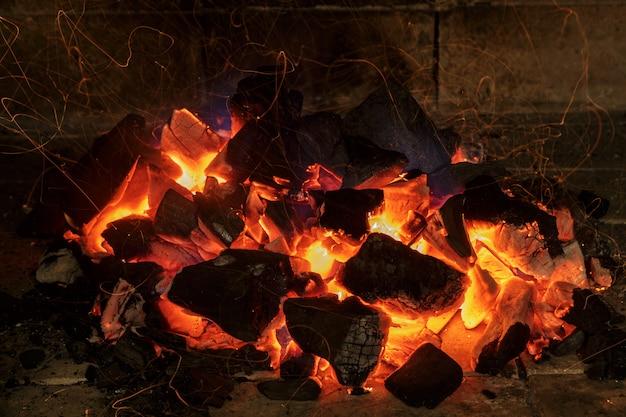 Luz vermelha de carvão ao vivo