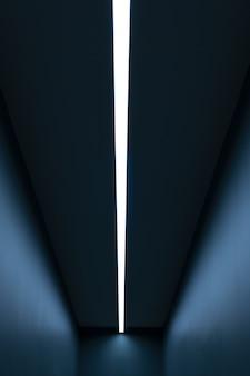 Luz vertical em uma longa sala azul