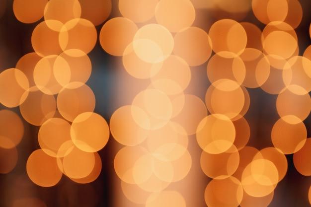 Luzes abstratas do bokeh com luzes de guirlanda de fundo claro suave em um fundo preto