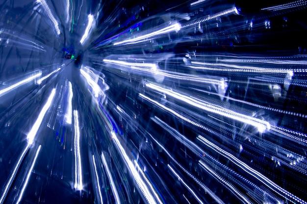 Luzes ampliadas com listras e efeitos de luz. longa exposição à luz.