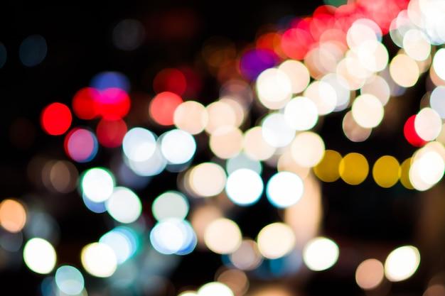 Luzes bokeh multicoloridas à noite