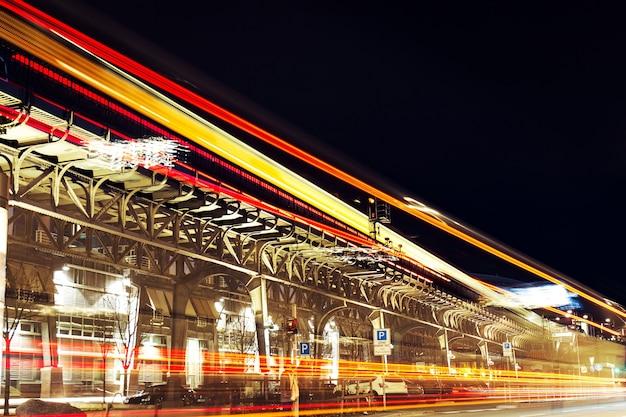 Luzes bonitas da cidade da noite. abstrato. conceito urbano. hamburgo, alemanha.