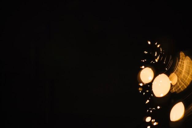 Luzes brilhantes em fundo escuro
