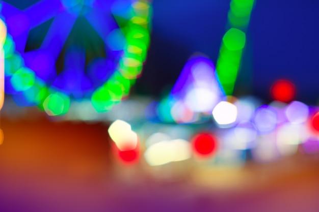 Luzes coloridas da noite do recinto de diversão da roda das balsas