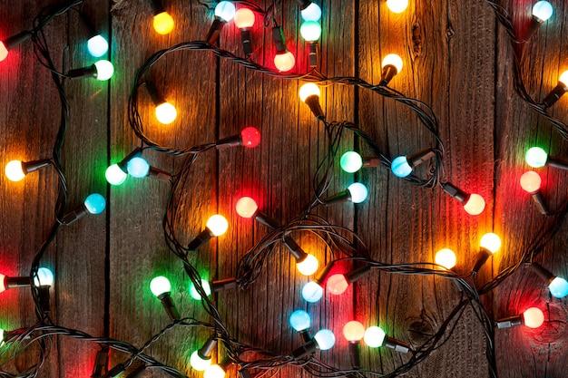 Luzes coloridas de natal na mesa de madeira