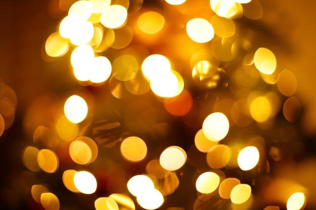 Luzes da árvore festiva de ano novo em close-up desfocadas