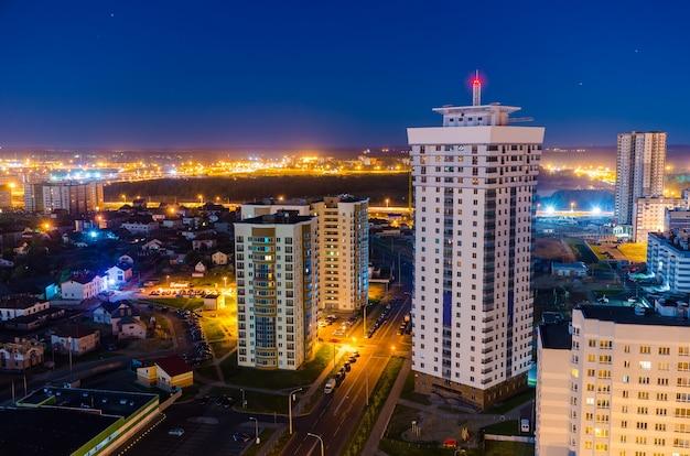 Luzes da cidade à noite de uma vista aérea.