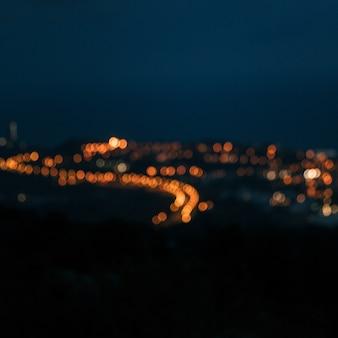 Luzes da cidade à noite, desfocando o fundo