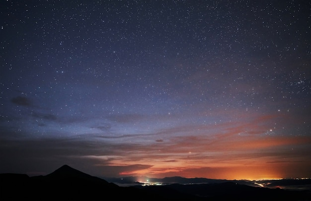Luzes da cidade distantes. montanhas majestosas dos cárpatos. paisagem bonita. vista deslumbrante.
