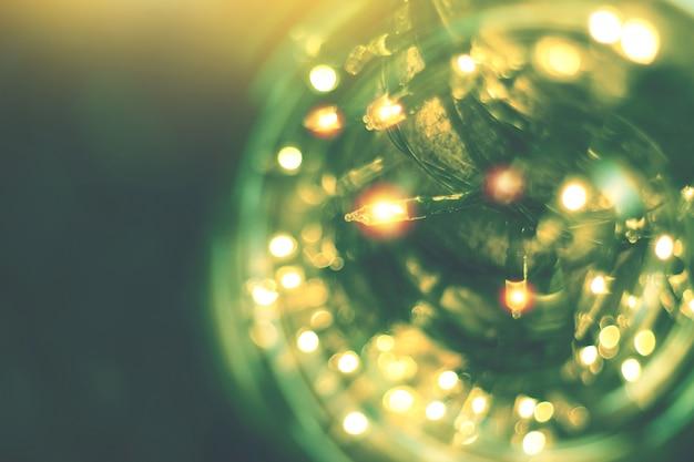 Luzes da corda amarela com decoração de bokeh, bokeh luz turva com fundo de árvore