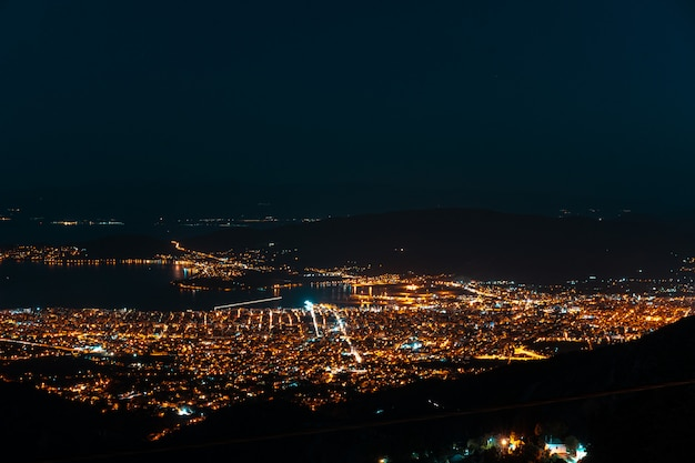 Luzes da noite da cidade de uma vista aérea. makrinitsa