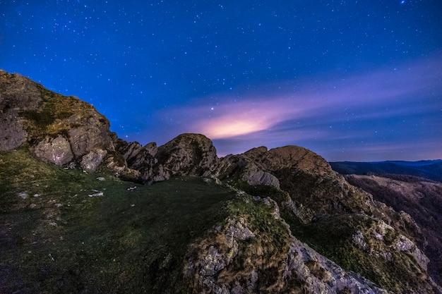 Luzes da noite na bela montanha de aiako harria em oiartzun. país basco