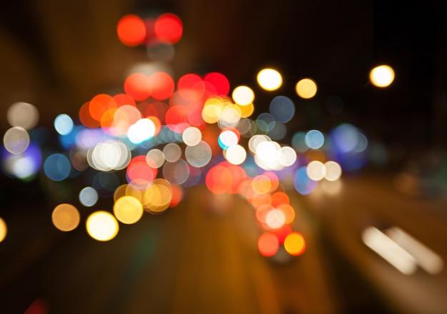 Luzes da rua à noite cidade bokeh colorido fundo, conceito de escuridão