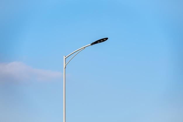 Luzes da rua e fios sob o céu azul