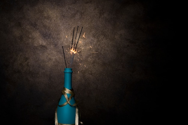 Luzes de bengala em chamas em garrafa de bebida