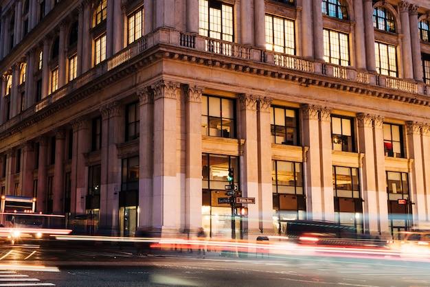 Luzes de carros no fundo do edifício histórico