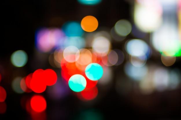 Luzes de cor branca bokeh laranja amarelo desfocado de natal desfocagem o fundo da cidade na luz da noite festa