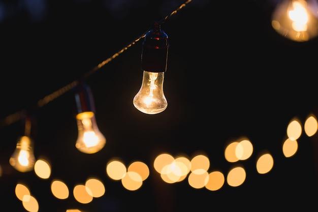 Luzes de corda penduradas em uma corda no quintal