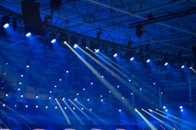 Luzes de discoteca azuis no palco de um clube