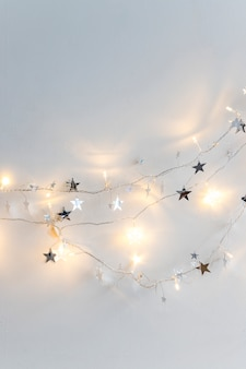 Luzes de fada e estrelas de ornamento