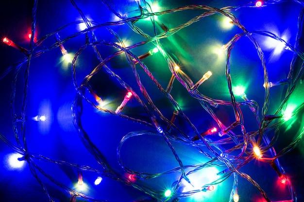 Luzes de fadas sobre fundo azul, prontas para a temporada de festas.