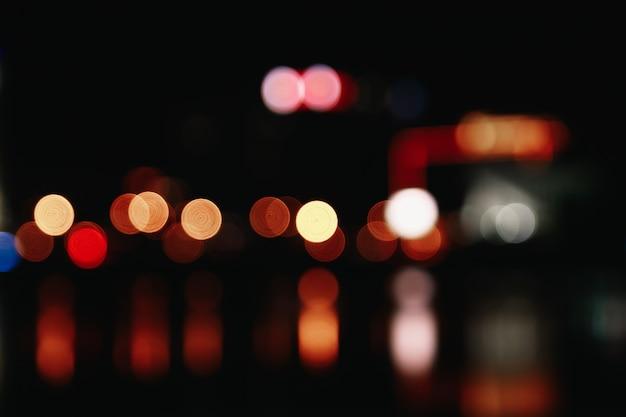 Luzes de natal borradas em um fundo preto, bokeh.