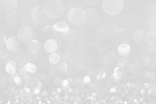 Luzes de natal brilhantes brancas de prata. fundo desfocado abstrato