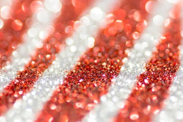 Luzes de natal de brilho brancas vermelhas e de prata. fundo desfocado abstrato