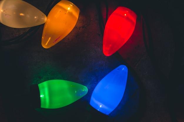 Luzes de natal deitada no chão, close-up, fundo