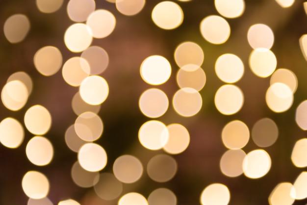 Luzes de natal desfocadas em laranja e amarelo podem ser usadas como plano de fundo