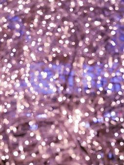 Luzes de natal e ano novo. luzes borradas de um roxo claro. pode ser usado como fundo e textura