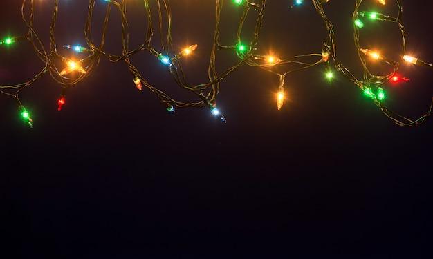 Luzes de natal em fundo azul com espaço de cópia