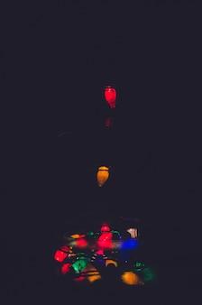 Luzes de natal em um fundo de garrafa
