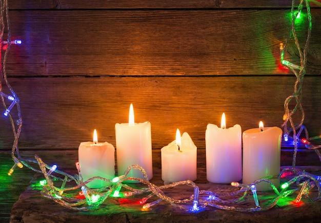 Luzes de natal em um fundo de madeira com espaço de cópia