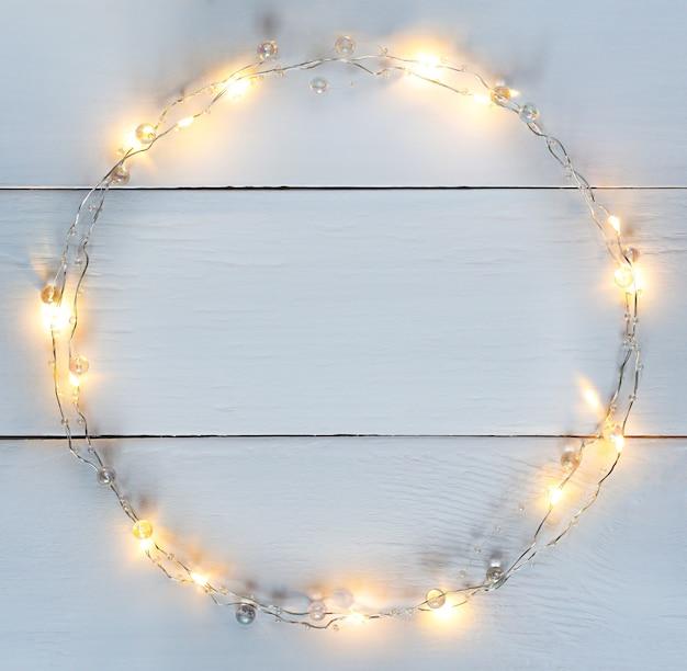 Luzes de natal festão circular borda com espaço de cópia.