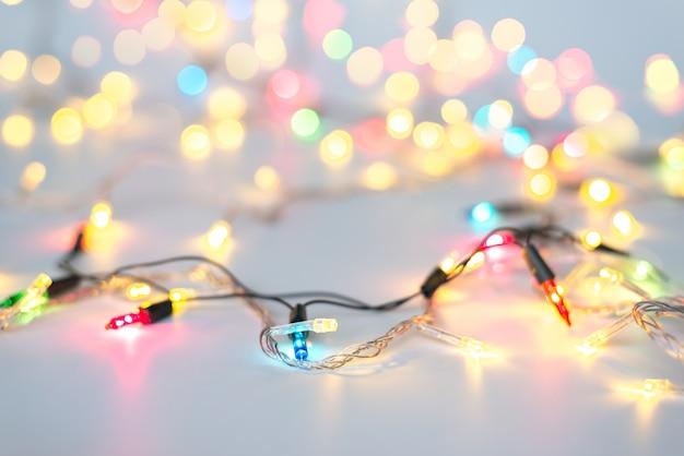 Luzes de natal na corda em multi cores; azul, amarelo, verde, rosa