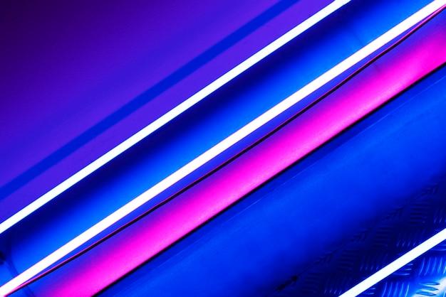 Luzes de néon brilhantes no teto