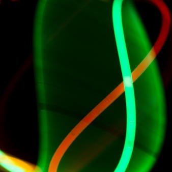 Luzes de néon iluminadas no fundo escuro