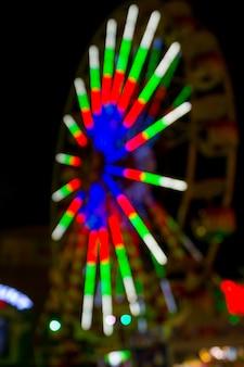 Luzes de néon na roda gigante no parque de diversões