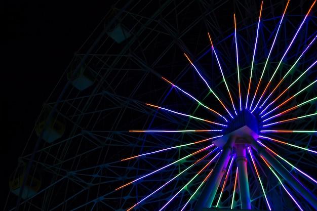 Luzes de néon na roda gigante