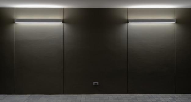 Luzes de parede e chão da lâmpada no fundo da parede preta