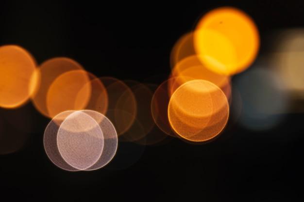 Luzes de rua amarelas de close-up