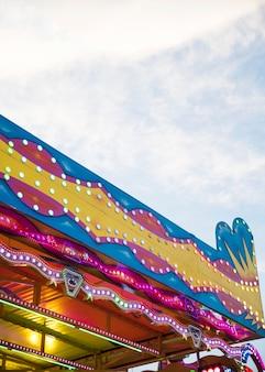 Luzes de um sinal em um parque de diversões