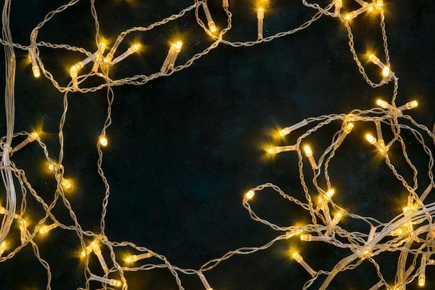 Luzes decorativas de natal de vista superior em fundo escuro