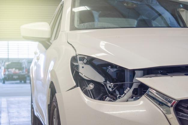 Luzes defeituosas do carro no serviço do carro do centro para o cliente