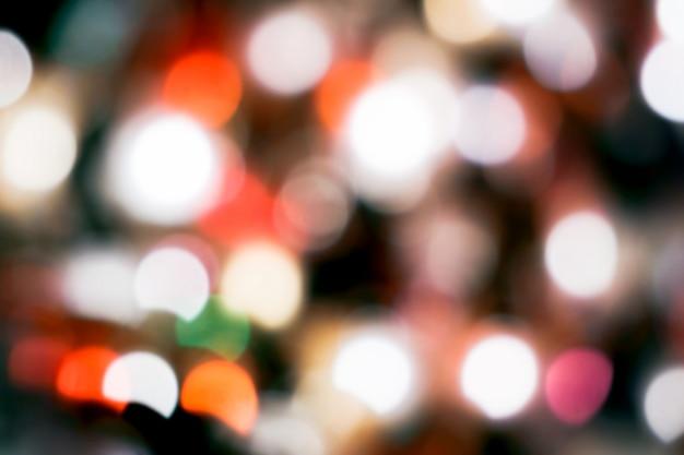 Luzes desfocadas brilhantes na cidade à noite